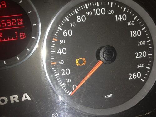 这个是刹车盘指示灯,是用来提醒驾驶者刹车盘出现故障