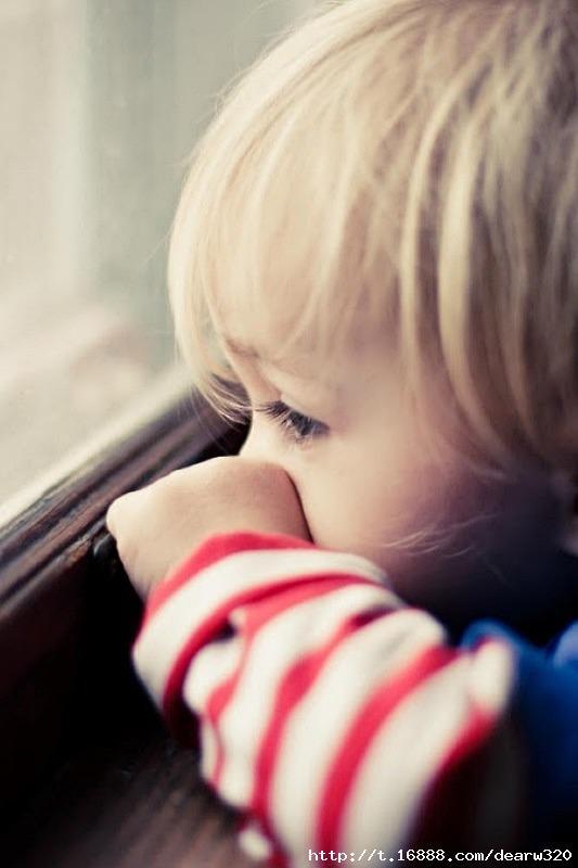 窗边的小男孩可爱手机壁纸下载