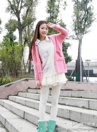清新 欧根/思念的季节:这身白色小花毛衣搭配粉红色开衫和欧根纱短裙,乖巧...